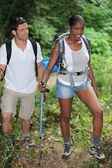 Une randonnée en montagne couple interracial. — Photo