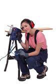 Vrouw met een elektrische zag — Stockfoto