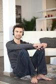 Man lyssnar på musik i hemmet — Stockfoto