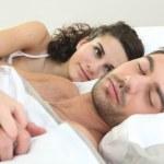 žena sledoval její manžel spí — Stock fotografie