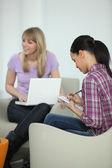 Mujeres jóvenes trabajando juntos en un proyecto de la universidad — Foto de Stock