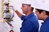 Inspetores de elétricos no trabalho — Foto Stock