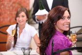 Ženy pití šampaňského v restauraci — Stock fotografie