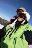 молодая пара на лыжах — Стоковое фото