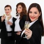 シャンパンのグラスを持つスマート スーツの若い女性 — ストック写真