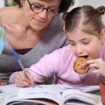 liten flicka gör läxor — Stockfoto
