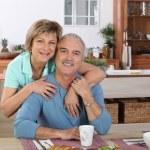 casal de meia-idade, tomando café da manhã juntos na cozinha — Fotografia Stock  #8419670