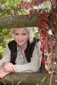 Pěkná blondýnka v parku. — Stockfoto