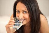 žena se sklenicí vody — Stock fotografie