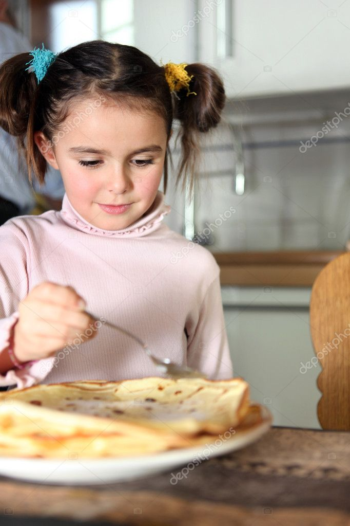 Little girl eating pancakes in kitchen — Stock Photo #8419014
