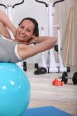 女人使用运动球 — 图库照片