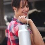 agriculteur transportant le lait — Photo