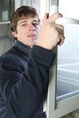 Artesão consertando uma janela — Foto Stock
