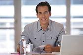 Portret van een man aan het werk — Stockfoto