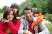 Famiglia in campagna — Foto Stock