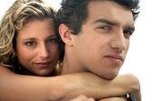 吸引情侣拥抱户外的特写 — 图库照片
