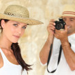 Man taking photograph of girlfriend — Stock Photo