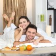 Couple enjoying breakfast in bed — Stockfoto