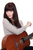 Kvinna som spelar gitarr — Stockfoto