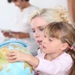 casalinga con il bambino e globo — Foto Stock