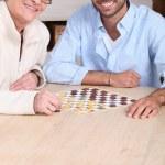 genç adam yaşlı kadın ile oyun oynama — Stok fotoğraf