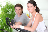 Couple working out together in the gym — Stock Photo