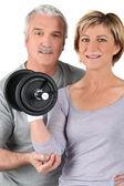 пожилые пары с использованием весов тренажерный зал — Стоковое фото