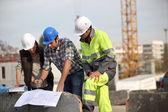 Foreman ile açık havada tuğla örme ustaları — Stok fotoğraf