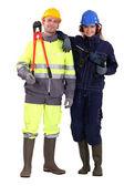 Mujer con taladro eléctrico y un hombre con unos alicates — Foto de Stock