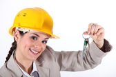 Arquitecto femenino que presenta teclas — Foto de Stock