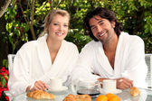 Couple eating breakfast outdoors — Stock Photo
