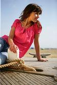 Femme assise sur le bateau — Photo