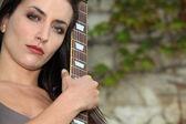 Vrouw buitenshuis met gitaar — Stockfoto