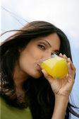 Linda mulher bebendo suco de laranja — Foto Stock