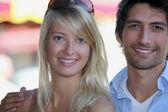 市場で立っていた魅力的なカップル — ストック写真