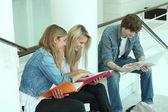 Drei teenager zusammen überarbeiten — Stockfoto