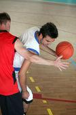 Basketspelare som blockerar — Stockfoto