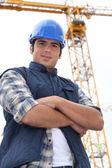 Foreman estaba parado en frente de la grúa — Foto de Stock