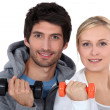 Couple lifting weights — Stock Photo