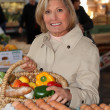 Womshopping at local market — Stock Photo #8529534