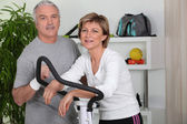 Couple training in home gym — Stock Photo