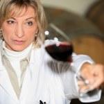 donna a una degustazione di vini — Foto Stock