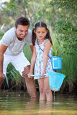 Father and daughter fishing in pond — Stock Photo