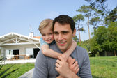 Father and daughter stood in front of their house — Stock Photo