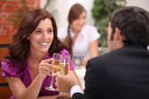 Jovem casal namorando no restaurante — Foto Stock