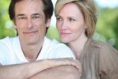 Avslappnad par i en park — Stockfoto