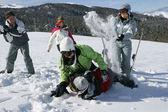 Přátel bavit na sněhu — Stock fotografie
