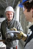 Travailleurs de la construction à l'intérieur d'un housebuild — Photo
