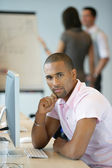 Man working with computer — Stockfoto