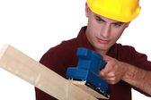 Trabajador con una lijadora eléctrica — Foto de Stock